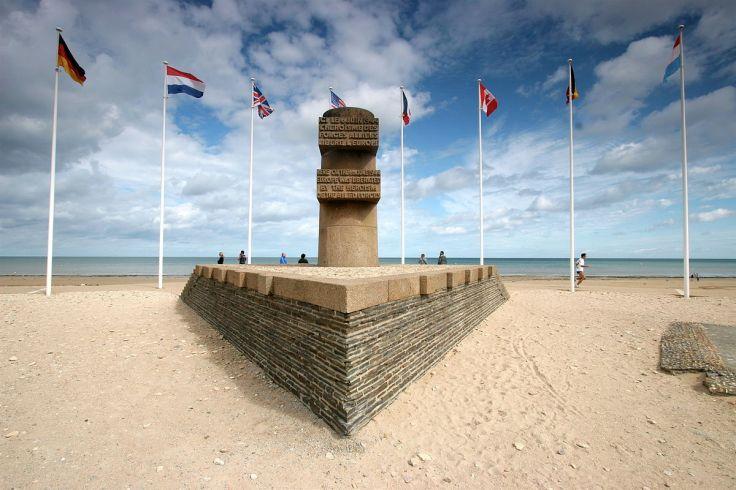 1200px-Bernieres-sur-mer-monument-debarquement.jpg